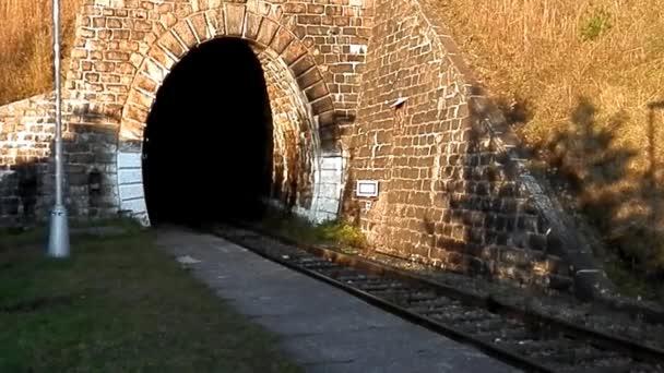Osobní železniční viadukt a tunel.