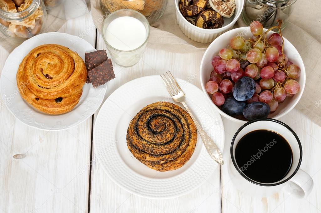 Colazione con biscotti cioccolata frutta e caff latte for Piani colazione