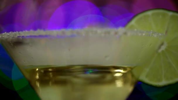 Glas mit einem originellen Cocktail aus Limette und Rauch