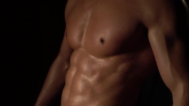 Krásné sportovní mužské tělo s mokré a rozhalenou