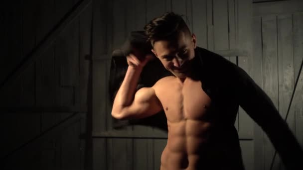 fešák s sexy nahé tělo klade na jeho košili
