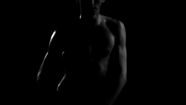 Schöne nackte Kerl mit sexy Oberkörper zeitgenössischen Bewegungen