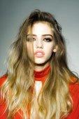 Sexy mladá žena s dlouhými vlasy