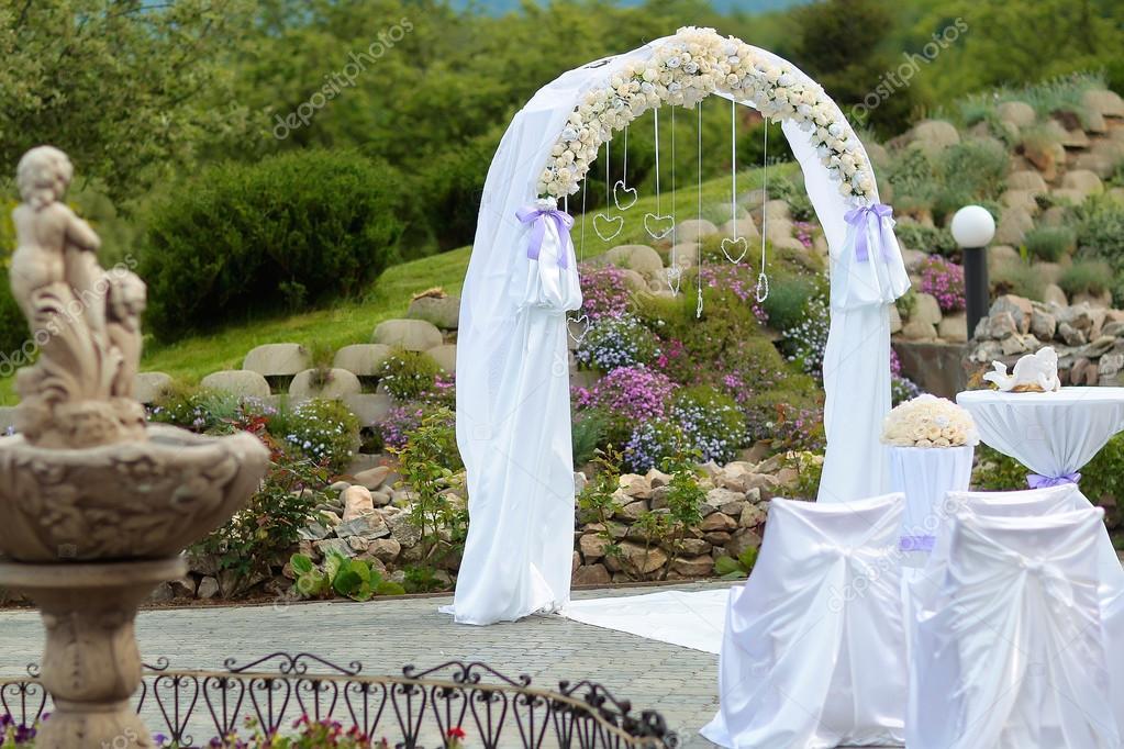 arco branco de casamento stock photo 111465948. Black Bedroom Furniture Sets. Home Design Ideas
