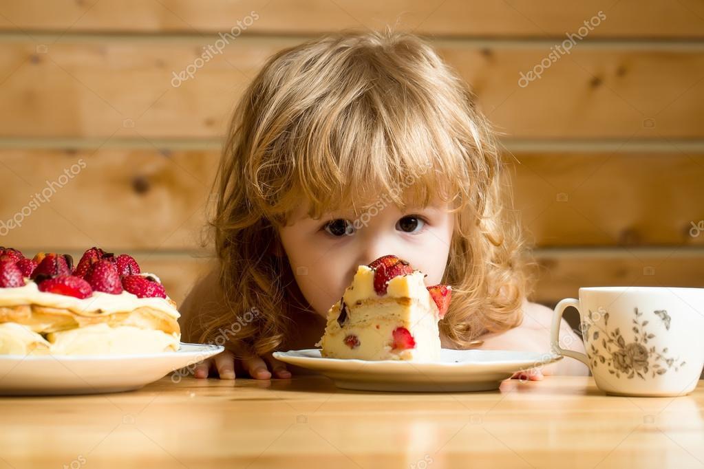 작은 소년 먹는 딸기 케이크 — 스톡 사진 © Tverdohlib.com #113932334