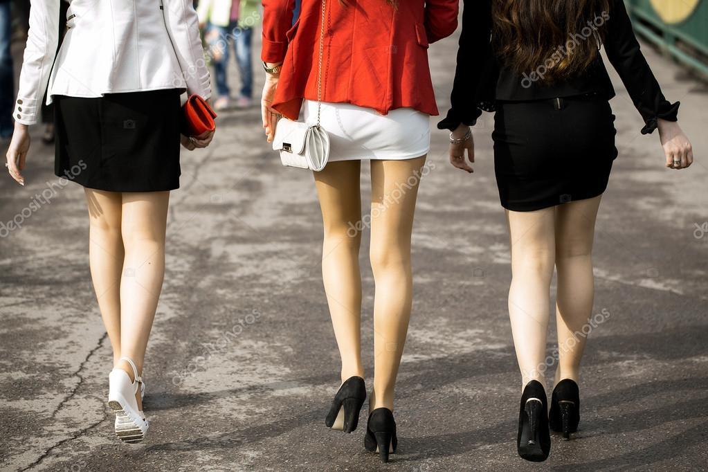 Фотографии девушек в коротких юбках на улице приехала
