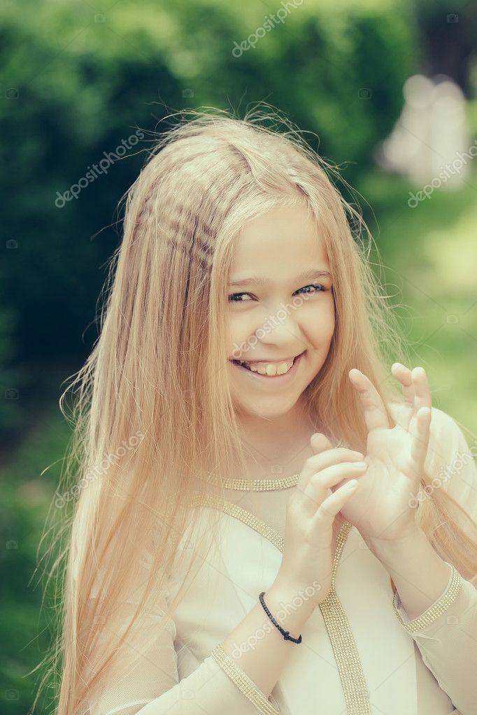kleines Mädchen im weißen Kleid im freien — Stockfoto © Tverdohlib ...