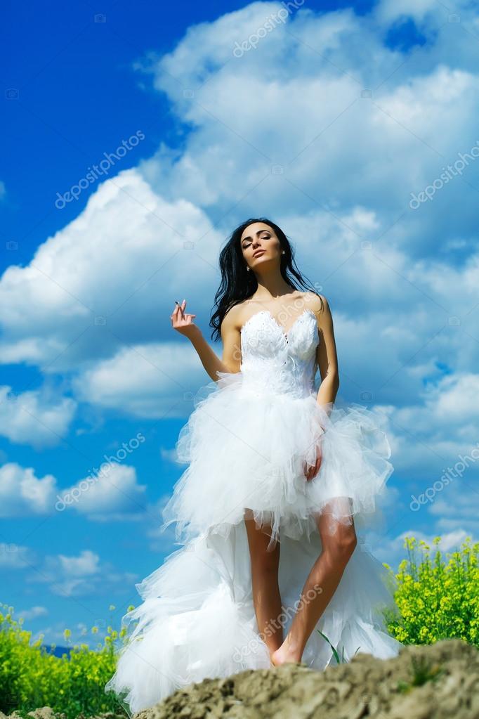 018abdf96fcb Όμορφη γάμο κορίτσι στον γαλάζιο ουρανό με το τσιγάρο — Φωτογραφία Αρχείου