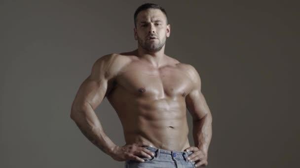 Izmos, félmeztelen, szexi férfi. Meztelen testépítő. Férfi darab, atlétikai testtel.