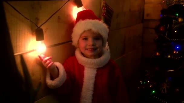 Weihnachtskind. Glückliches Kleinkind-Mädchen mit Weihnachtsmütze.