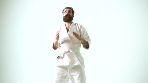 Őrült karate. Vicces taekwondo férfi kimonóban. Vicces őrült sportoló edzés..