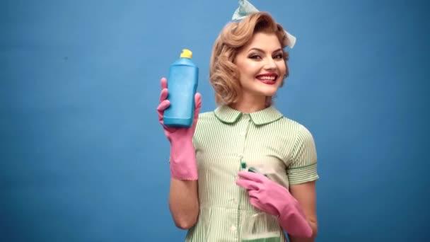 Reinigungsservice. Lustige Pinup Retro Vintage Haushälterin. Reinigungs- und Reinigungskonzept. Sprühflasche reinigen.