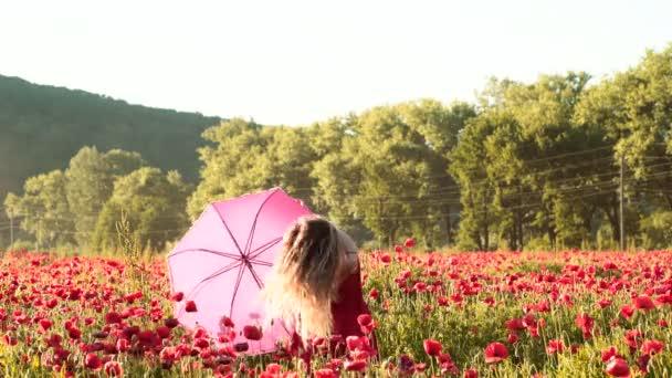 Fiatal nő mákos feildben. Pihentető és provence. Szabadság a természetben. Egy fiatal nő sétál a tavaszi réten. Kedves fiatal, romantikus nő mosolyog a virágzó mezőn.