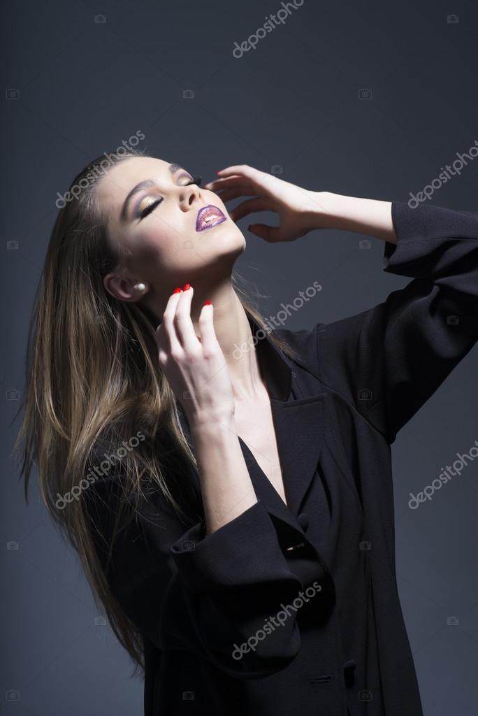 more photos 3501d 9af15 Bella donna in tunica nera lunga di fascino — Foto Stock ...