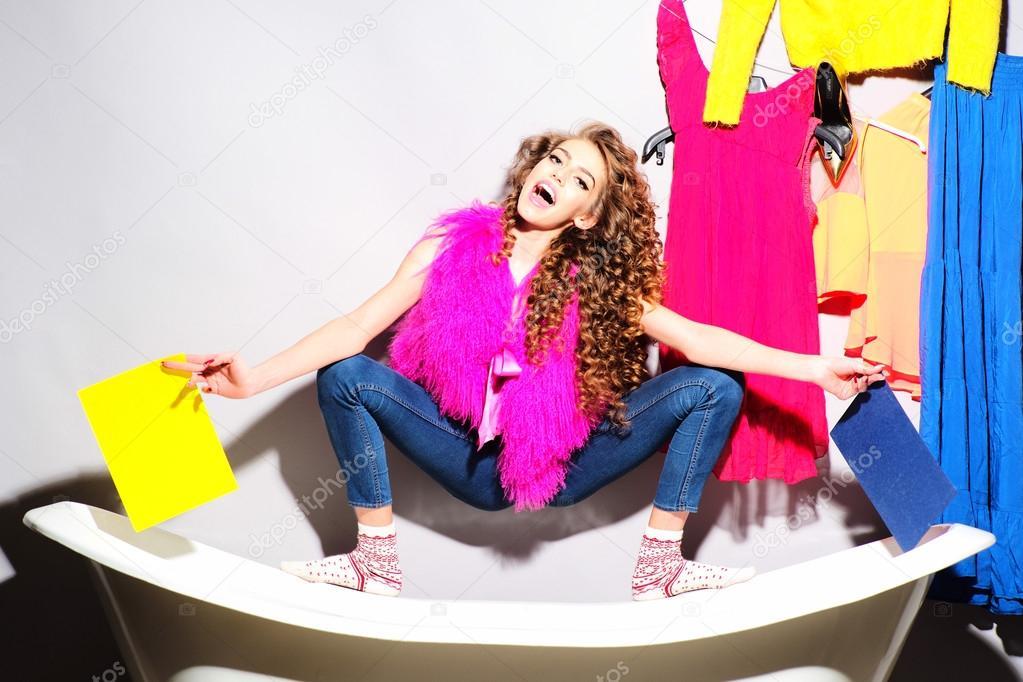 Jeans Vasca Da Bagno : Giovane donna alla moda divertente su vasca da bagno u2014 foto stock
