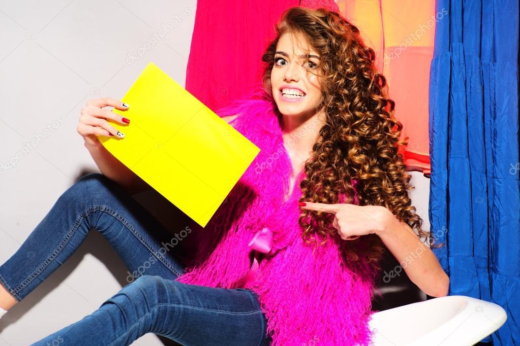 Jeans Vasca Da Bagno : Giovane donna sorridente alla moda su vasca da bagno u2014 foto stock