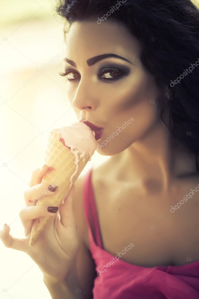 Сексуально ест мороженое