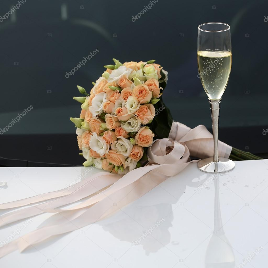 Hochzeitsstrauss Und Sektglas Stockfoto C Tverdohlib Com 90528542
