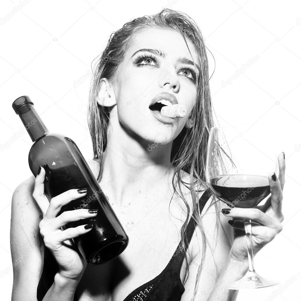 Картинки женщина с бутылкой