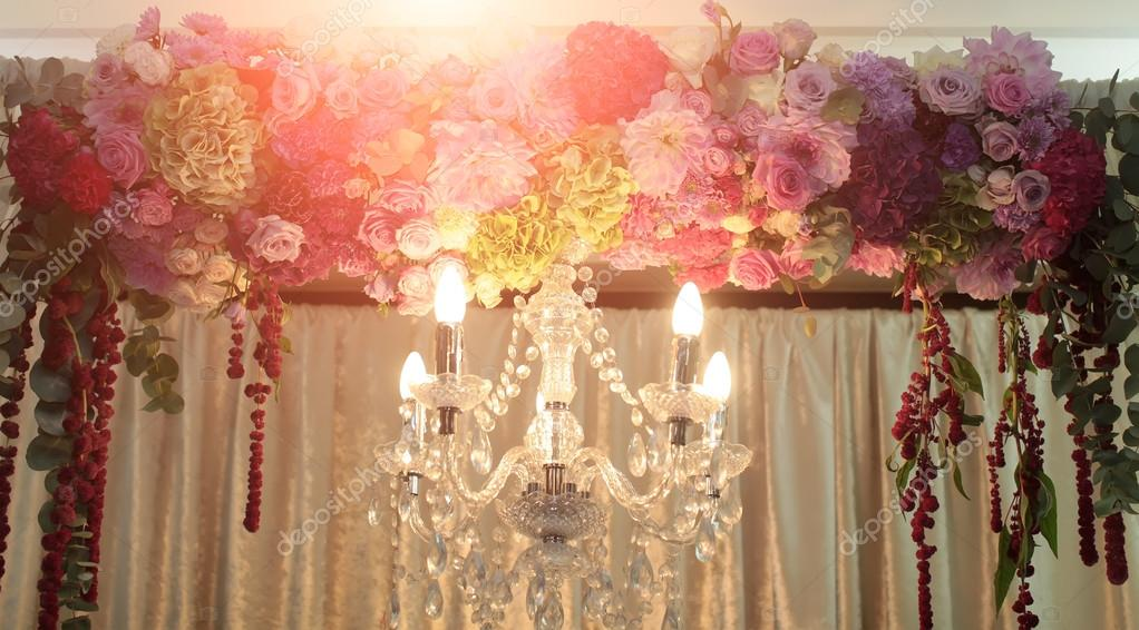 Kronleuchter Floral ~ Cut glas kronleuchter und dekoriert bogen u2014 stockfoto © tverdohlib