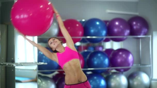 szép, karcsú lány csinál egy labdát a karcsú alak, a karok és a derék fitness gyakorlatok