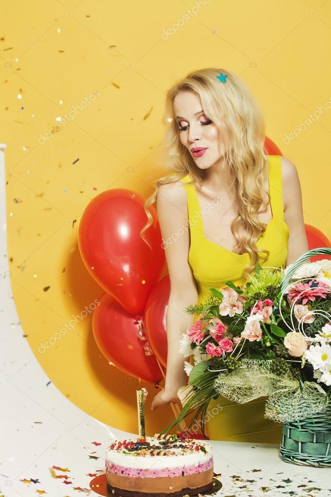 Femme D Anniversaire Avec Fleurs Photographie Tverdohlib