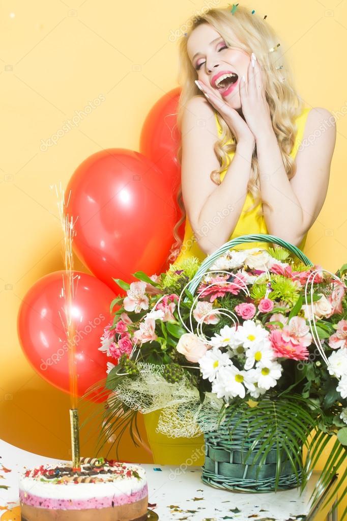 Verjaardag Vrouw Met Bloemen Stockfoto C Tverdohlib Com 93944530