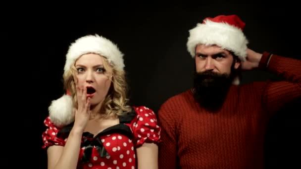 dívka a muž v čepici Santa Claus