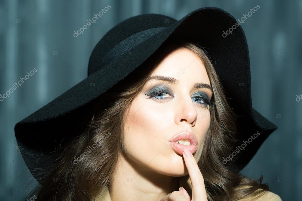 femme avec chapeau noir — Photographie Tverdohlib.com © #94132326