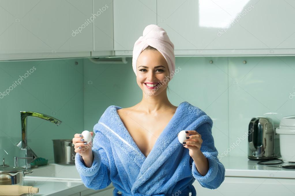 Домохозяйка прикрытая полотенцем