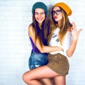 Hipster dívek, které představují na zeď na pozadí