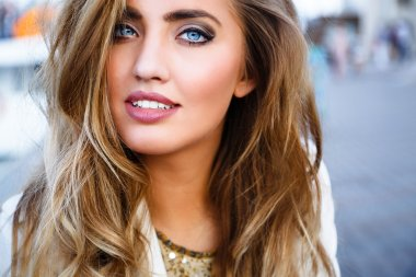 woman with blonde ombre curled hair