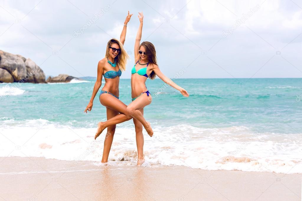 b1d680060f2d6 girls having fun on tropical beach — Stock Photo © AnnHaritonenko ...