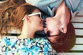 Ritratto di giovane coppia perfetta che si trova
