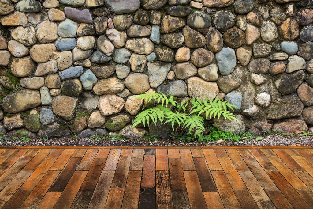 Stenen Muur Tuin : Houten vloerplaten met stenen muur achtergrond u stockfoto