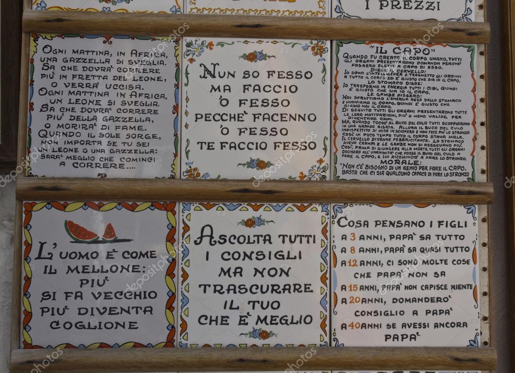 Tradizionali ceramiche con frasi dipinte a mano di amalfi u foto