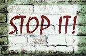 Nástěnné graffiti, která říká, Nech toho! (abstraktní pozadí, vi