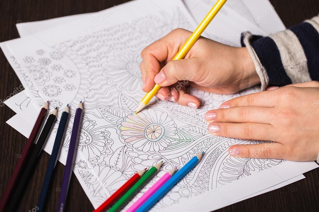 Lapices para colorear adultos | Niña pinta un libro para colorear ...
