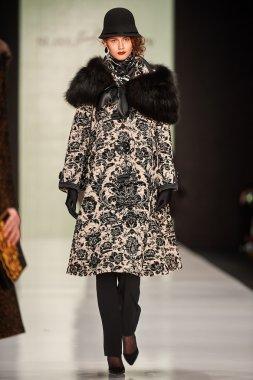 A model walks on theSLAVA ZAITSEV catwalk