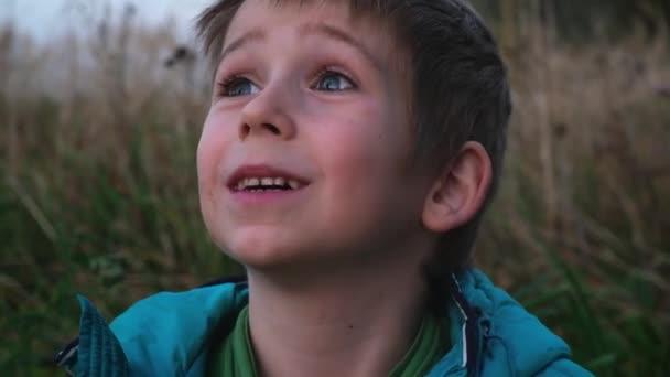 roztomilý blonďatý kluk s modrýma očima a špinavou tváří