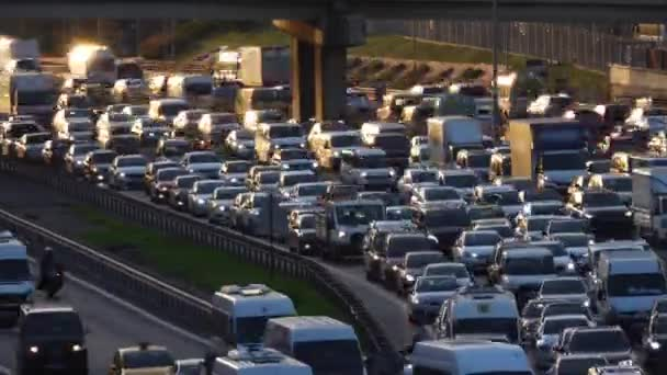 Statický časový odstup rušného denního provozu ve městě. Městská doprava v dopravní špičce. Istanbul, Turecko.