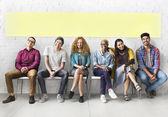 Fotografia gente di diversità che si siede e che sorride