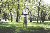 Photo businesswoman at outdoors holding clock