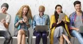 personas con dispositivos digitales