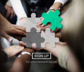 lidé s rukama dohromady a puzzle