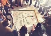 Fotografie lidé nad plakát s strategií