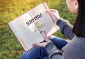 Fotografie woman reading book and Sleep Cycle
