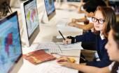 általános iskolai tanulók számítógépre tanteremben