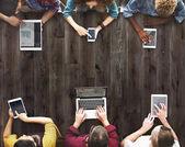 Fotografie lidé prohlížení digitálních zařízení