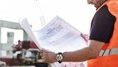 stavební dělník zkoumá kresby